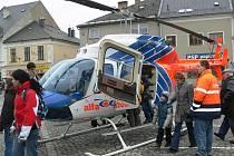 Záchranářský vrtulník na mohelnickém náměstí.