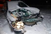 Do zábradlí mostu narazil v sobotu 25. ledna neznámý řidič v Tomíkovicích, místní části Žulové. Nabourané auto s pomocí dalších lidií odtlačil bokem a místo nehody opustil. Pátrá po něm policie.