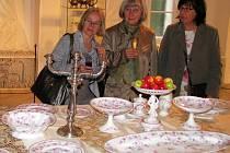 Krásná kolekce ubrusů, jídelních servisů, kávových a čajových souprav, sklenic a příborů, která je k vidění v šumperském muzeu, připomíná dobu, v níž k tehdejší dobré společnosti nezbytně patřila znalost etikety.