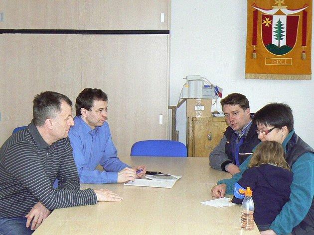 Manželé Svačinovi (u stolu vpravo) přebírají od ředitele Charity Zábřeh Jiřího Kargera a starosty Zdeňka Axmana výtěžek sbírky na opravu domu zničeného požárem