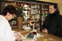 Zatímco Češi jezdí nakupovat do Polska levnější potraviny či nábytek, Poláci u nás nakupují léky.