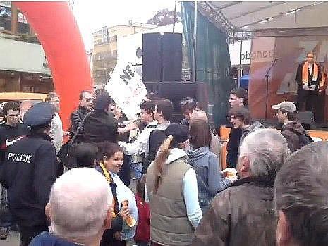 Tahanice stoupenců ČSSD a studentů na předvolebním mítinku v Šumperku (snímek je pořízen z videozáběru)