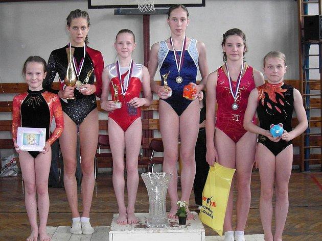 Výprava šumperských sportovních gymnastek s medailemi z Popradu.