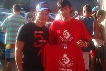 Libor Kašík (vlevo) na zhruba měsíc staré fotce, kde přebírá triko od Ultras Mora. Co asi obdrží od fanoušků Draků?