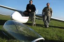 Piloti kluzáků si užívají volnost ptáků. Na zemi pak proberou své zážitky z letu.
