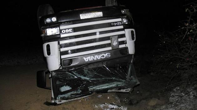 Nehoda nákladního vozu 6. prosince večer poblíž Dubicka