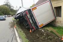 Pod kamionem se v Mikulovicích utrhla krajnice, návěs se opřel o rodinný dům.