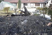 Tohle zbylo po požáru z chatky v Petrově