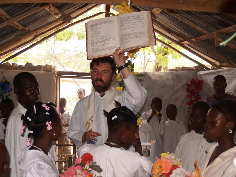 Misionář Roman Musil při bohoslužbě v kapli v Baie de Henne na Haiiti.
