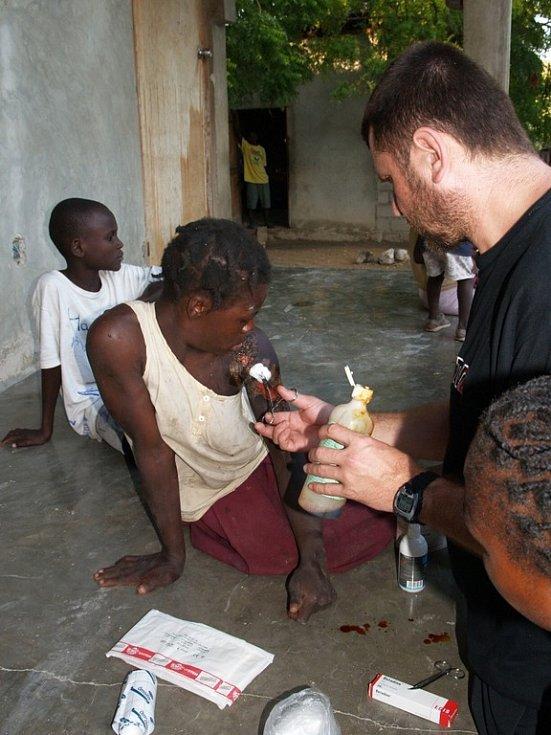 Filmař Martin Strouhal, kteřý na Haiti natáčel dokument, se musel občas při loňské návštěvě v Baie de Henne proměnit v ošetřovatele.