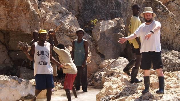 Zábřežský děkan František Eliáš při loňské návštěvě v Baie de Henne na Haiti řídil stavbu mola.