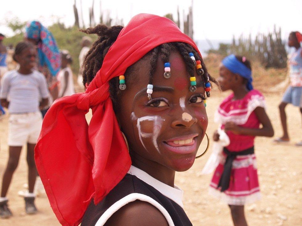Školačku z Baie de Henne na Haiti na školním karnevalu vyfotografoval při loňské misi na Haiti kameraman Martin Strouhal.