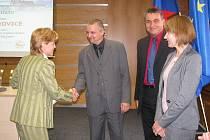 Starostka Vikýřovic Zdeňka Riedlová přebírá ocenění za Vikýrek