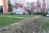 Louku u sídliště Krumpach v Zábřehu přehrazuje val hlíny. Auta parkující na louce totiž najížděla nebezpečně blízko dětskému hřišti.