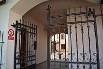 Pasáž v Zábřehu, kde byl 30. března nalezen na bráně mrtvý muž.