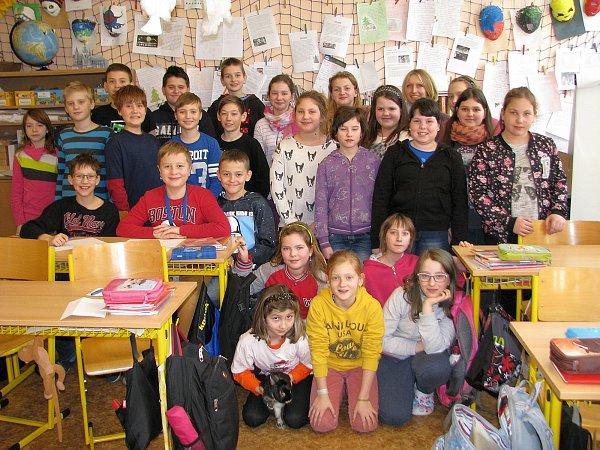 Vítězka krajského kola soutěže Zlatý Ámos pro nejoblíbenějšího učitele Lenka Fréharová ze Základní školy B. Němcové vZábřehu se svými páťáky, kteří ji do soutěže přihlásili.