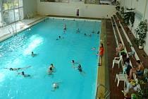 Bazén v České Vsi postavili v letech 1968 až 1971 v akci Z zaměstnanci sousedního závodu Řetězárna. Po pětačtyřiceti letech provozu potřebuje velkou modernizaci.