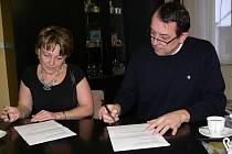 Starosta Šumperka Zdeněk Brož při podpisu darovací smlouvy s ředitelkou Charity Šumperk Marií Vychopeňovou