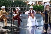O první hudební vystoupení 23. ročníku Mezinárodního folklorního festivalu v Šumperku se ve středu 14. srpna postaral dětský a mládežnický soubor ze západního Kazachstánu, který zahrál na tradiční hudební nástroje této středoasijské země.