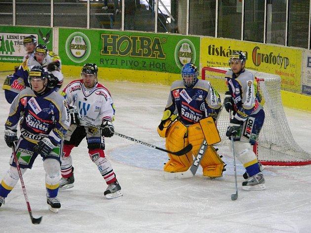 David Ohnutek (vlevo, modrý dres) a Jan Kaltenböck (vpravo) ve včerejším utkání s Chrudimí.