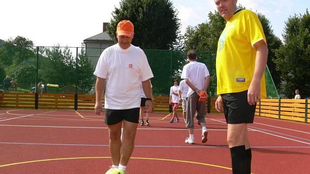 Zápas v minikopané  mezi týmem Loučné a ČEZ byl první sportovní boj, který se na hřišti odehrál.