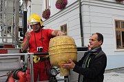 Z věže jesenické radnice byly v pondělí 25. září vyjmuty historické artefakty.