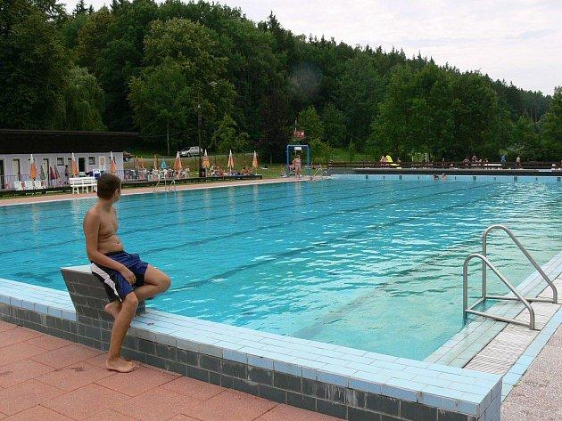 Velký bazén loštického koupaliště zářil koncem července čistotou