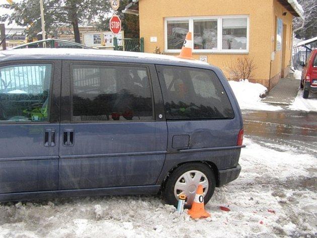 Řidička nacouvala do druhého vozu.