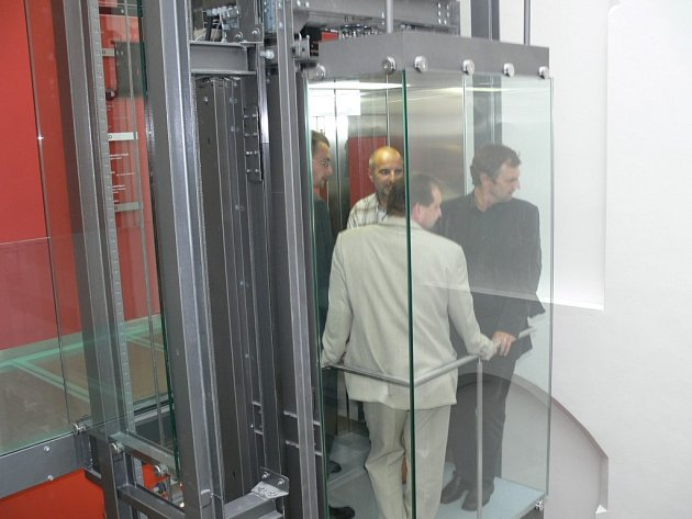 Radnice má výtah, kterým se lidé dostanou pohodlně do všech pater budovy.