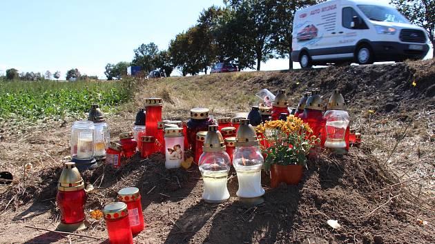Na místě tragické nehody u Libivé i u hasičské zbrojnice v Zábřehu, kde čtveřice hasičů sloužila, vznikla pietní místa.