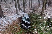 Šestadvacetiletá řidička Fordu Mondeo se zranila ve středu 16. listopadu při dopravní nehodě u Oskavy. Žena dostala na kluzké vozovce smyk. Auto vyjelo ze silnice, přetočilo se přes střechu a přistálo v lese.