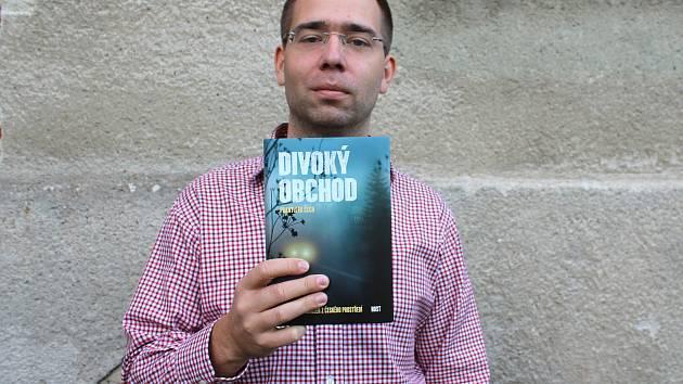 Advokát František Čech se svou knihou Divoký obchod.