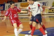 Ondřej Málko (s míčem) na archivním snímku