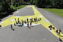 Před základní školou na ulici Šumavská v Šumperku nakreslili její žáci obří žirafu. Ustavili tak český rekord.