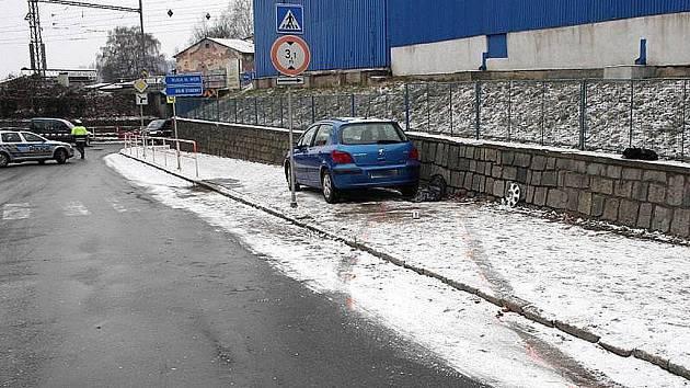 Místo nehody  v Šumperku (přímo proti hlavní bráně Prametu), kde modrý peugeot v pondělí usmrtil dva psy a těžce zranil ženu