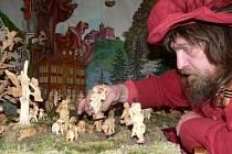 Loštický betlém řezbáře Jaroslava Beneše zabydluje už více než sto třicet vyřezávaných figurek.