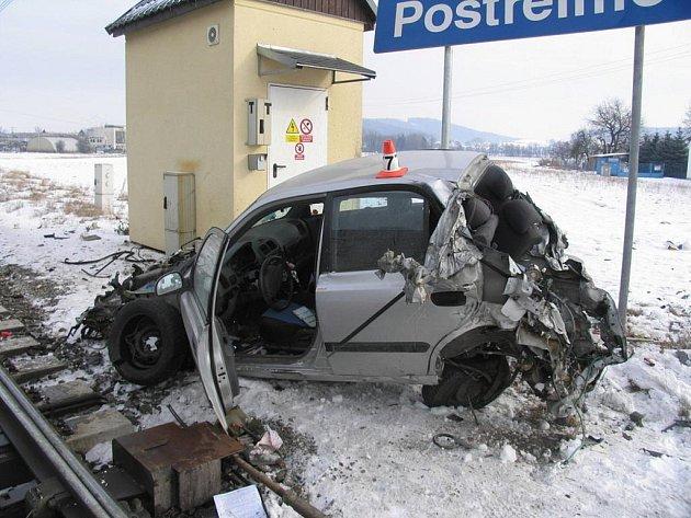 Snímky z postřelmovského přejezdu, kde se auto střetlo s vlakem