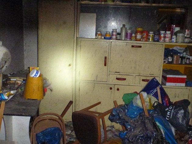 Snímek z plameny poničeného bytu.