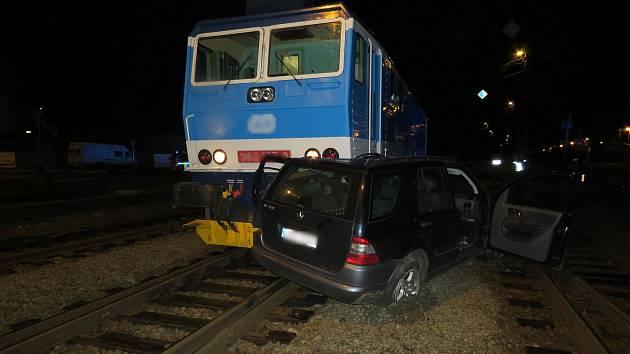Nehoda mezi osobním autem a lokomotivou se odehrál v pondělí 30. listopadu před dvaadvacátou hodinou na železničním přejezdu v Lidické ulici v Šumperku.