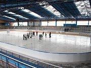 Podniky města Šumperka nechaly na místním zimním stadionu rekonstruovat ledovou plochu, rolbovnu a strojovnu.