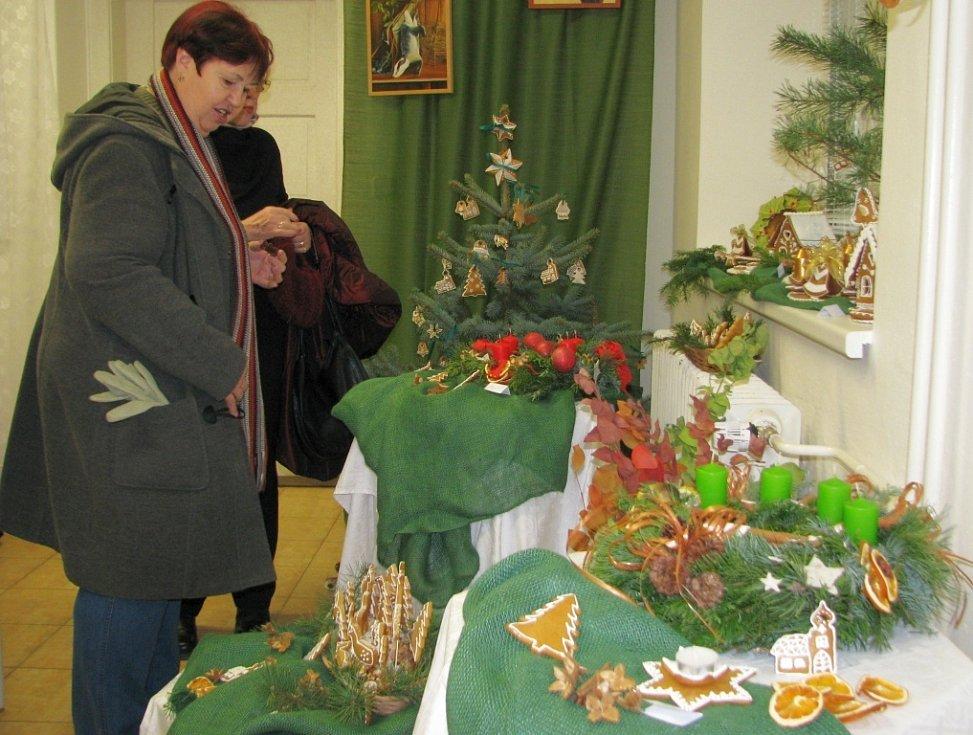 Na vánoční výstavě žáků Střední školy sociální péče a služeb v Zábřehu najdou návštěvníci nápadité a pestré aranžmá. Mohou se nechat také inspirovat při zdobení vánoční tabule.
