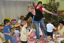 Štědrý den 16 hodin: Ježíšek právě naděluje dětem v dětském domově v Šumperku dárku ze Stromu splněných přání