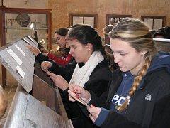 Američtí studenti v rámci Holocaust Study tour zavítali také na loštický židovský hřbitov.