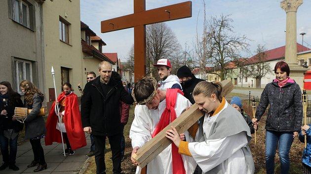 Mladí vyšli do ulic s křížem a příběhem o utrpení Krista