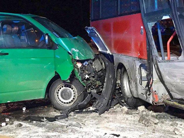 Srážka dodávky s autobusem u Studené Loučky