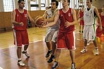 Šumperští basketbalisté (bílé dresy) v nedělním utkání s Pardubicemi