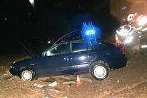 Řidič přehlédl křižovatku, vůz sjel ze srázu.