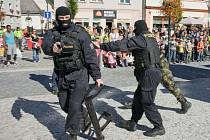 Simulovaný zásah policistů 6. září 2013 na Dnech bezpečnosti v Jeseníku.