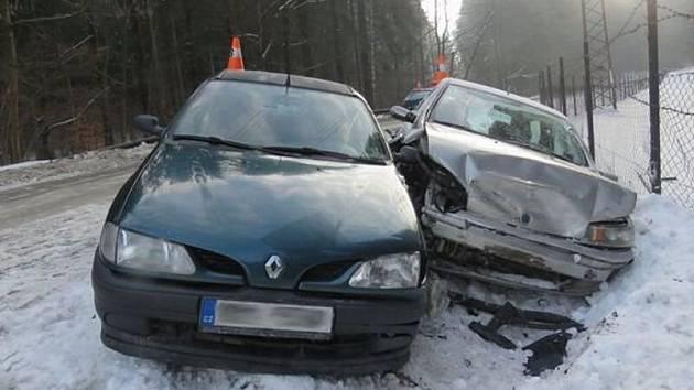 Na namrzlé silnici z Vápenné na Pomezí bourala v pátek krátce po sobě tři auta. Jejich řidiči dostali smyk.