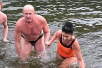 Na Bozeňově se konalo setkání otužilců, do vody se jich ponořilo pět desítek.